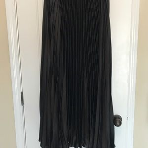 Dresses & Skirts - Pleated silky maxi